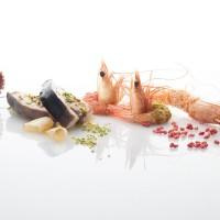 arrosto-di-spada-mediterraneo-con-gamberoni-al-pistacchio-al-sesamo-sgusciato-e-al-riso-soffiato-e-lampone