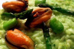PRIMI d'Autore. Risotto con asparagi, fave e cozze al pepe nero