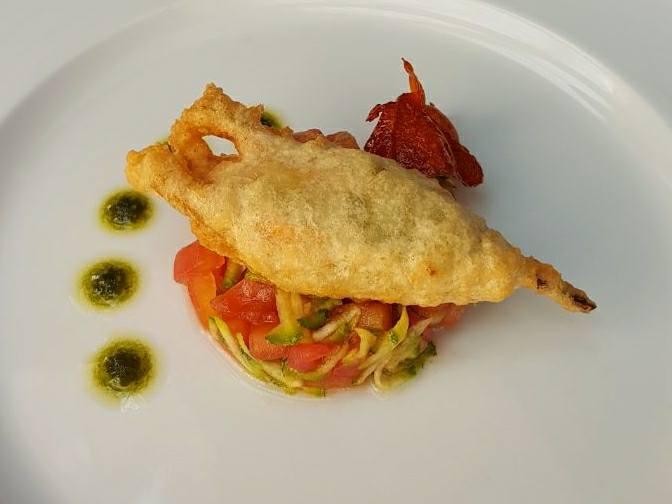 Fiore di zucca fritto, ripieno di ricotta di bufala e nocciole su concassè di pomodori e zucchine